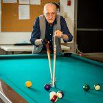 perssonne-age-joue-au-pool
